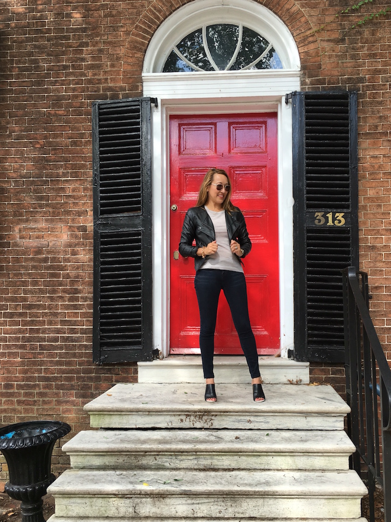 savvynista-street-style-at-historic-new-castle-brick-house-red-door